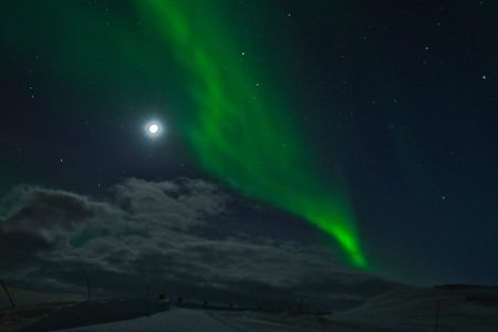 Polarlicht umgeben von Vollmond