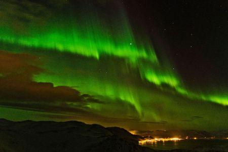 Faszinierende Polarlichter am Nachthimmel über Honningsvag