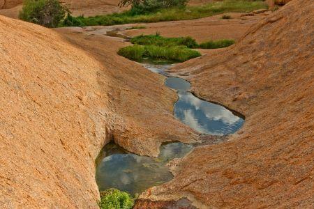 Wasserrinnsale durch Felsformationen