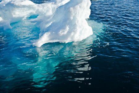 Schwimmender Eisberg mit Blick in die Wassertiefe