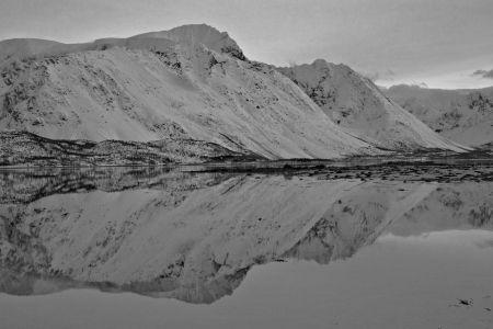 Spiegelbild der norwegischen Alpen im Polarmeer